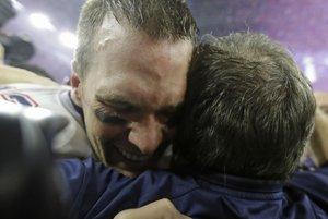 Tom Brady sa objíma s trénerom Billom Belichickom.