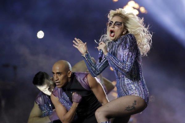 Lady Gaga svoje piesne predviedla na akrobatických lanách a s desiatkami dronov a tanečníkov.