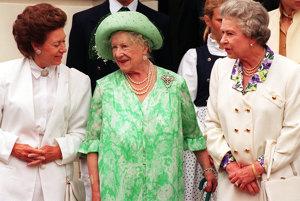 So svojou matkou (v strede) na snímke z roku 2006.
