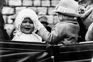 Na archívnej snímke z roku 1927 princezná Alžbeta počas jazdy v koči v anglickom Windsore.
