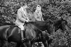 Na archívnej snímke z 8. júna 1982 americký prezident Ronald Reagan a britská kráľovná Alžbeta II. počas jazdy na koňoch vo Windsore.