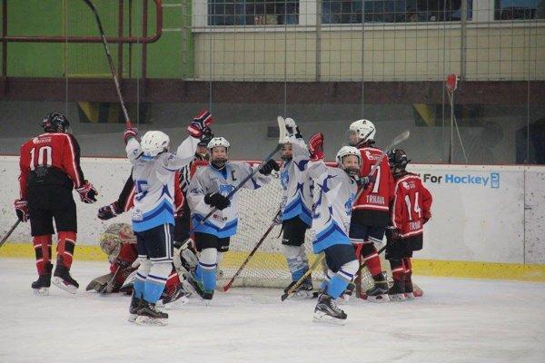 Radosť z gólu mladých Novozámčanov v zápase proti Trnave