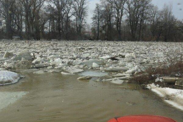 Hladinu Laborca pri Strážskom pokryli ľadové kryhy.