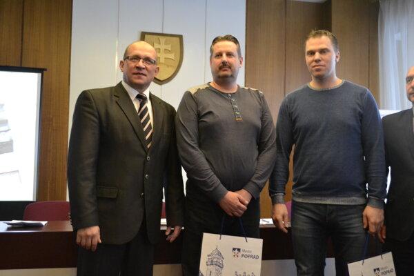 Dostali poďakovanie. M. Barila (vpravo) aS. Müller (v strede) zachránili teplo.