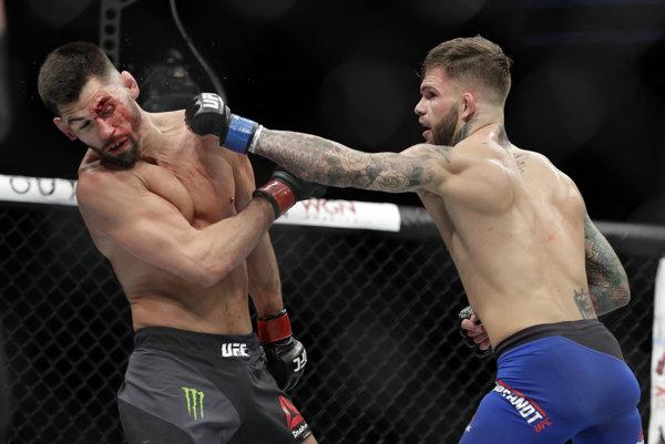 Krv, veľa bolesti, veľa prijatých úderov -aj o tom je MMA.