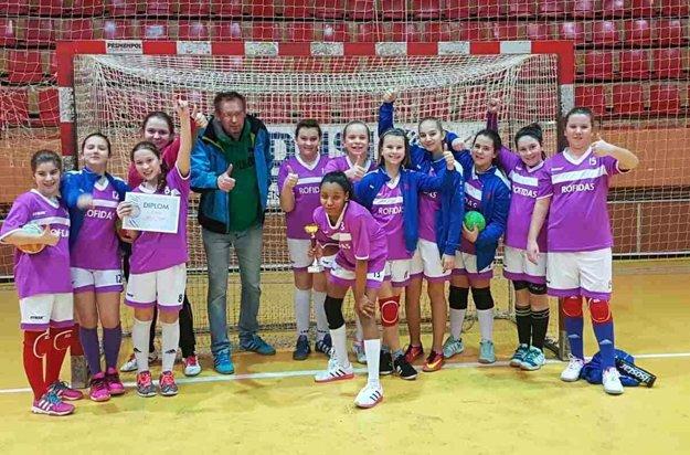 Mladšie žiačky Slávie Sereď s víťazným pohárom v Šali.
