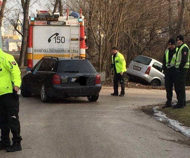 Vodič mavého Audi narazil do zasahujúcich hasičov.