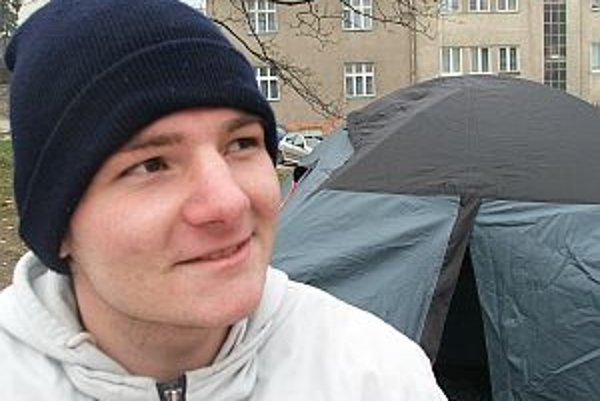 Narodil sa v roku 1990 v Bratislave. Aktuálne chodí do štvrtého ročníka na gymnáziu, v tomto školskom roku maturuje. Medzi jeho záujmy patrí umenie, hudba, film a šport. Od 17. novembra 2009 stanuje a drží hladovku pred parlamentom. Protestuje a organizuj