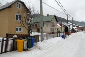 Pred každým domom v Liptovských Revúcach pribudli tri farebné koše na separovaný odpad.