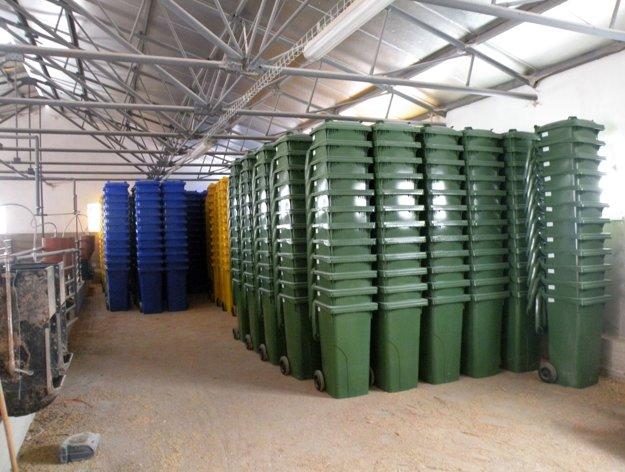 Ako dočasný sklad pre 1 600 plastových nádob na odpad poslúžila miestna farma.