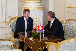 Prezident Andrej Kiska (vpravo) a bývalý šéf regulačného úradu Jozef Holjenčík.