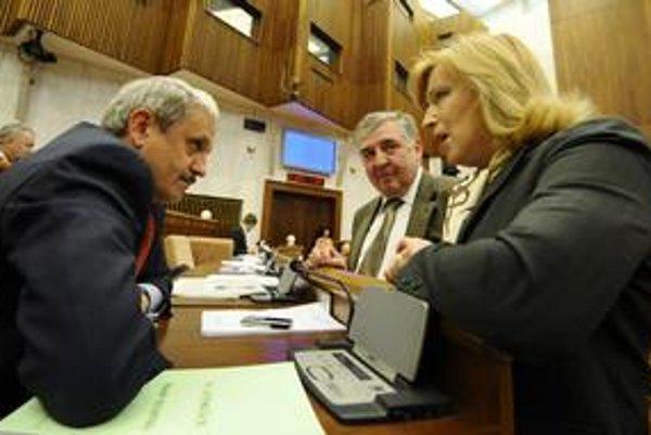 Dzurinda a Radičová spolu hovorili v parlamentných laviciach aj medzi štyrmi očami.