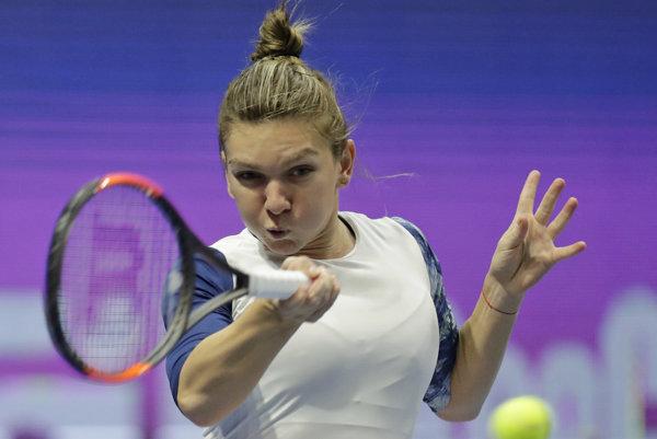 Rumunská tenistka Simona Halepová odvracia úder Chorvátky Any Konjuhovej v zápase 2. kola ženskej dvojhry na tenisovom turnaji WTA v Petrohrade.