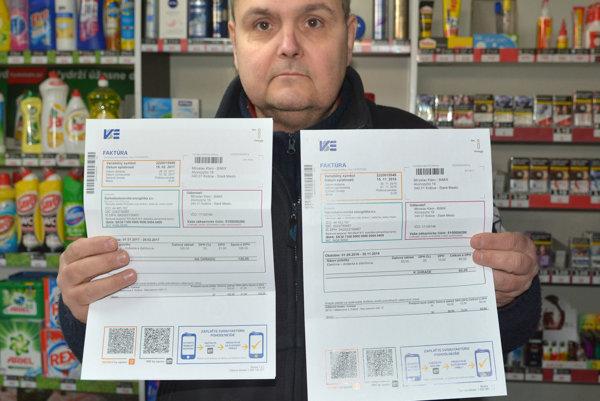 Porovnanie faktúr. Miroslav Klein zostal zo zvýšenia poplatku za elektrinu zaskočený.