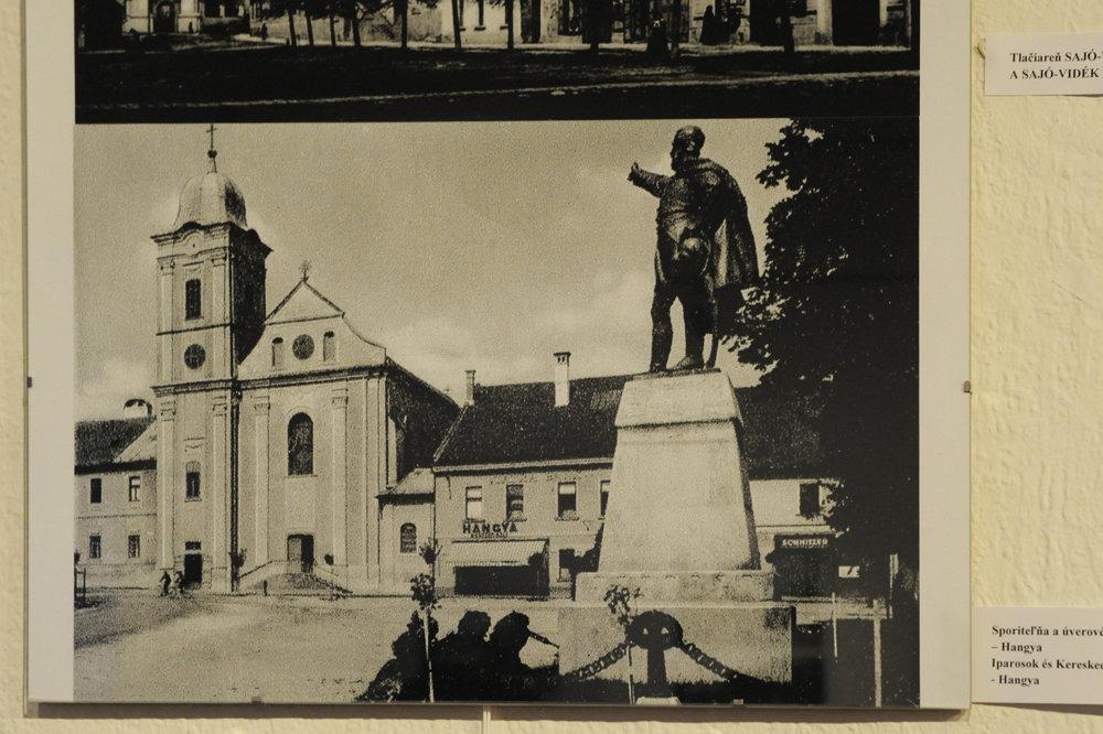 Na snímke socha Ľudovíta Košuta (Lajos Kossuth), maďarského revolucionára a poslanca uhorského snemu stála niekedy na Námestí baníkov. V súčasnosti je socha inštalovaná pri Baníckom múzeu v Rožňave.