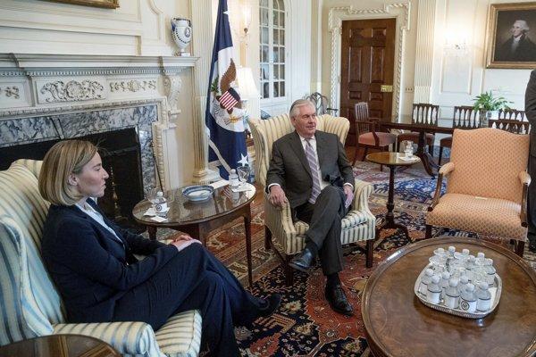 Mogheriniová na stretnutí s americkým ministrom zahraničných vecí Rexom Tillersonom.