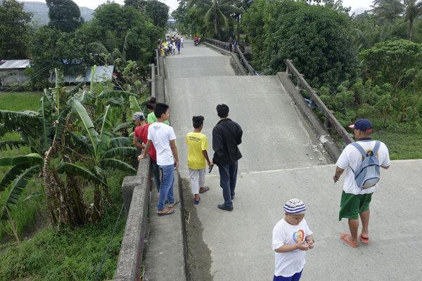 Filipínčania pri poškodenom moste.