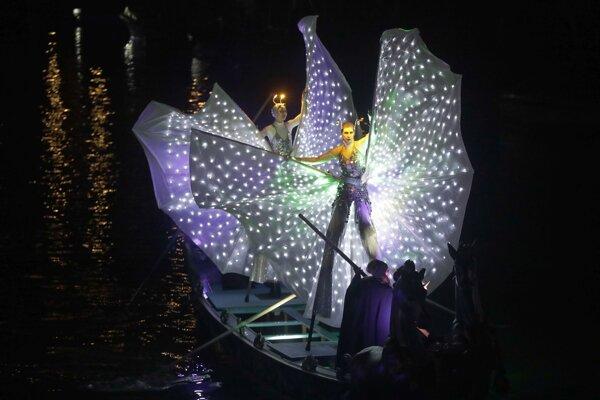 Otvárací sprievod karnevalu v Benátkach.