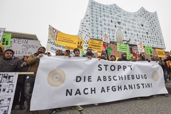 "Protestujúci v Hamburgu držia transparent s nápisom ""Zastavte deportácie do Afganistanu""."