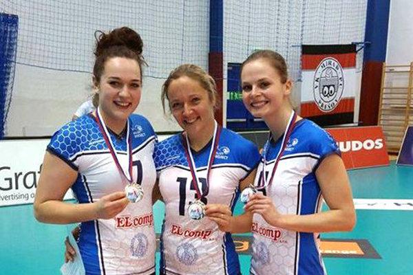 Lucia Poláčková (vľavo) so svojimi spoluhráčkami.