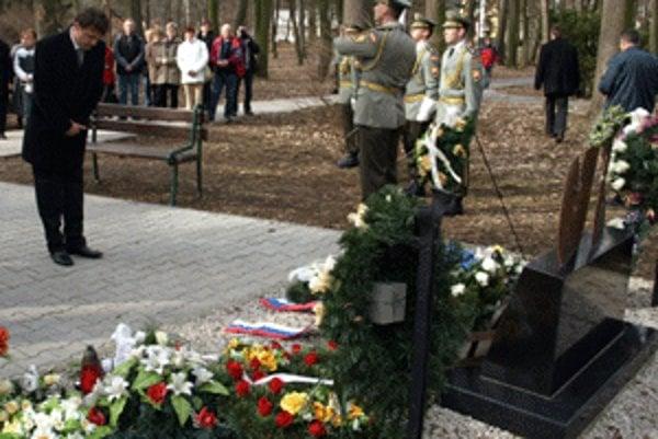 Peter Trgiňa (vľavo) sa pri smutnom výročí poklonil pamiatke ôsmich obetí výbuchu.