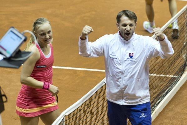 Kapitán Matej Lipták sa raduje s Rebeccou Šramkovou.