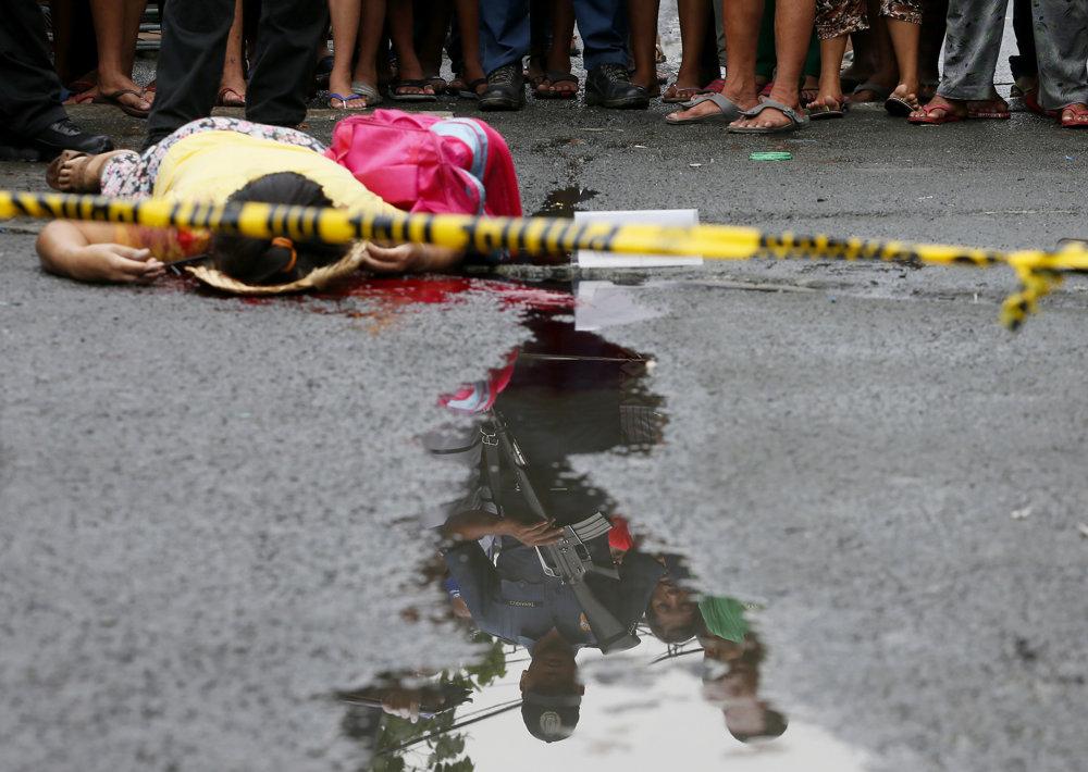 Filipínska polícia doteraz zabila asi sedemtisíc ľudí, ktorí užívali alebo predávali drogy. Obeťami drogovej vojny sú však často aj nevinné osoby.