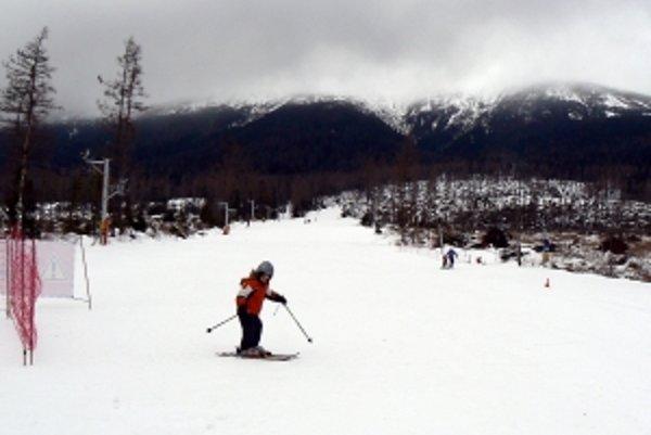 """Tatranské svahy tento týždeň pripomínajú """"freeridové"""" lyžovanie vo voľnej prírode."""