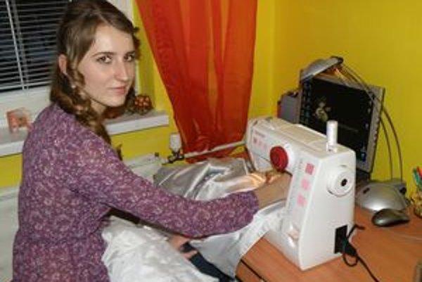 Mladá Prievidžanka strávi pri šijacom stroji denne aj niekoľko hodín.