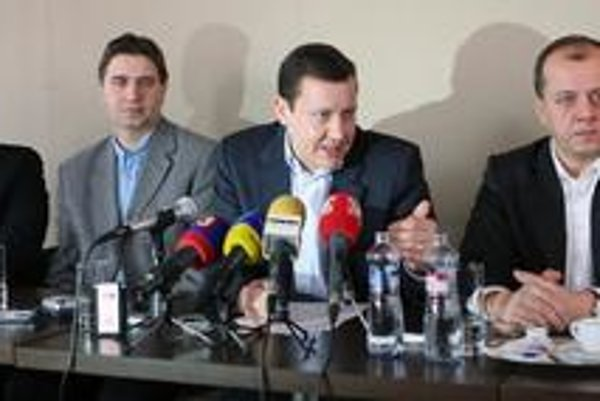 Daniel Lipšic založil novú občiansku iniciatívu. Pomáhajú mu aj Filip Vagač (vľavo) a Richard Rybníček.