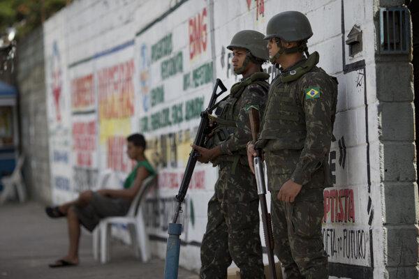 Brazílski vojaci v uliciach Ria de Janeiro.