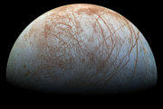 Všetko naznačuje tomu, že pod hladkým povrchom Europy sa ukrýva oceán, v ktorom môže byť život.
