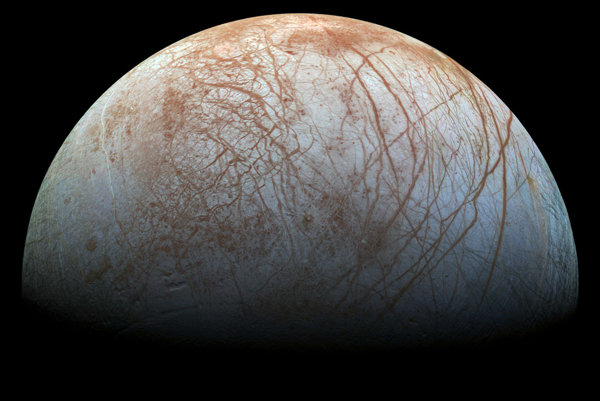 Všetko naznačuje tomu, že pod hladkým povrchom Europy sa ukrýva oceán. Aká je šanca, že je v ňom aj život?
