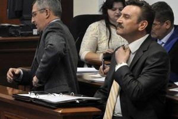 Bývalý starosta Rače Pavol Bielik a podnikateľ Jaroslav Šuščák na pondelkovom pojednávaní. Politik je obžalovaný z korupcie, podnikateľ ju mal sprostredkovať.