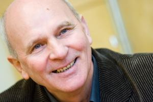 František Mikloško vyštudoval matematiku, pracoval v Ústave technickej kybernetiky SAV, odkiaľ musel v roku 1983 odísť. Spoluorganizoval Sviečkovú demonštráciu. V roku 1990 sa stal predsedom Slovenskej národnej rady, odvtedy je poslancom. Pred rokom odiši