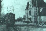 Košická električka pri železničnej stanici.