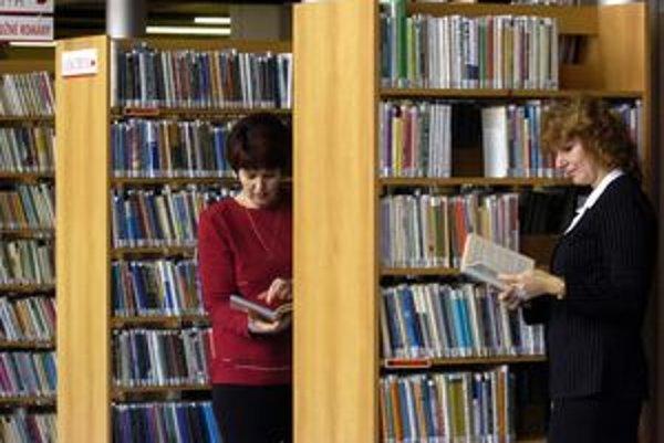 Knižnice lákajú dospelých čitateľov stále menej.