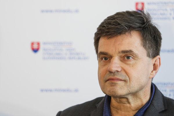 Minister školstva vedy, výskumu a športu Peter Plavčan počas tlačového brífingu po rokovaní s predsedom Odborového zväzu pracovníkov školstva a vedy Pavlom Ondekom.
