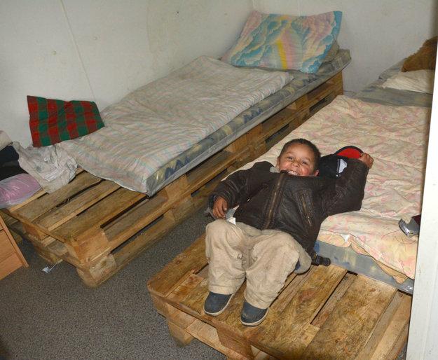 Skromné podmienky. U Gažiovcov spia na posteliach z paliet.