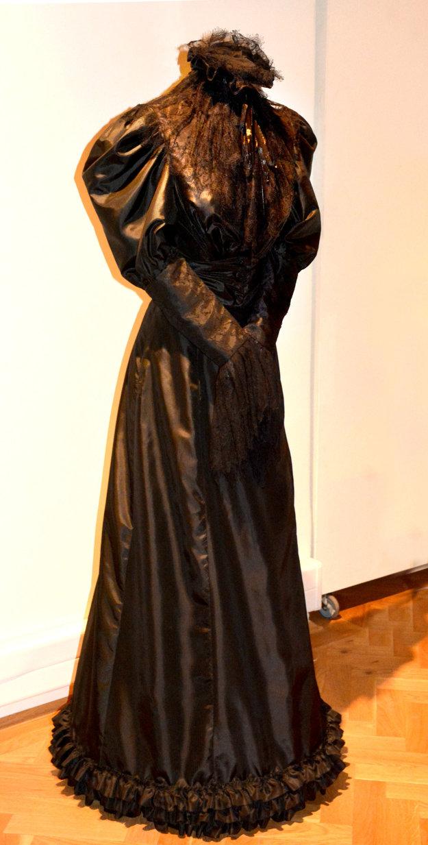 Smútočná róba. Samovražda syna Rudolfa Sissi naozaj zlomila. Po jeho smrti chodievala v týchto čiernych šatách a trápili ju depresie.