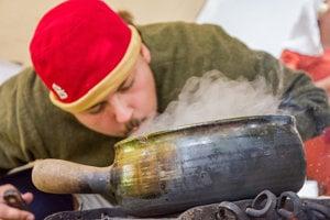 Na ochutnávkach používajú keramický riad a železné hrnce.