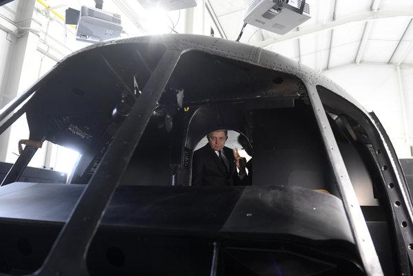 Robert Fico si prezerá letecký simulátor vrtuľníka počas prehliadky spoločnosti Virtual Reality Media.