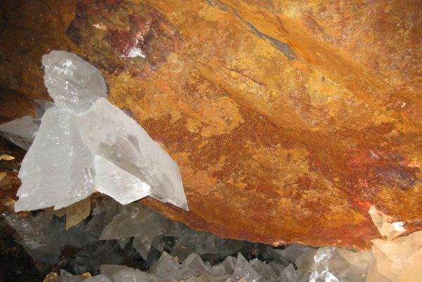 V kryštáloch pri meste Naica našli prastaré živé mikróby.