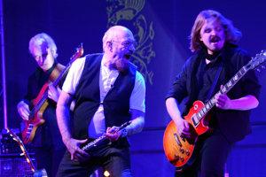 Ian Anderson (v strede), gitarista Florian Opahle (vpravo) a basák David Goodier.