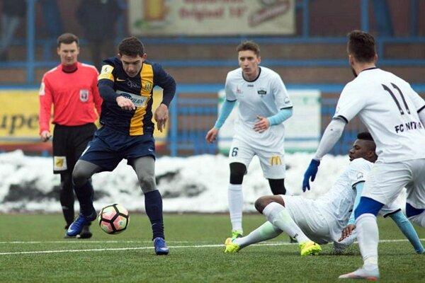 V strede v bielom drese s č. 6 Christián Steinhübel, ktorý bude na jar obliekať dres FC Nitra. V sobotu strelil gól z penalty.