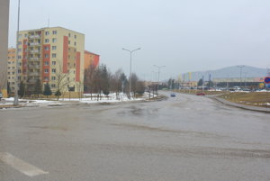 Miesto vybudovania nových parkovacích miest. Polovicu štvorprúdovej cestu chce mesto premeniť na parkovaciu plochu.