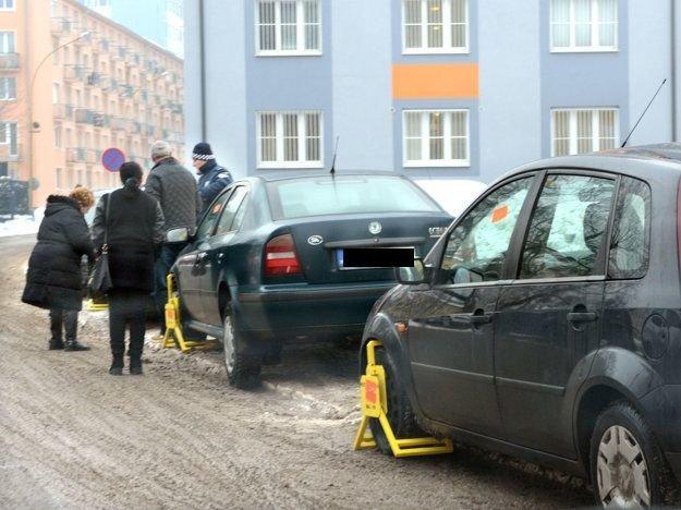 Papuče na kolesách. Vodiči nadávajú, že namiesto pokutovania by mala samospráva budovať parkoviská.