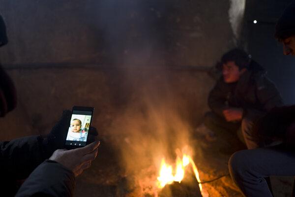 Smartfóny zostávajú pre mnohých utečencov na balkánskej trase jediným spojením so svetom aj rodinou.