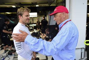 Niki Lauda (vpravo) s minuloročným majstrom sveta Nicom Rosbergom, ktorý po zisku titulu ukončil kariéru.