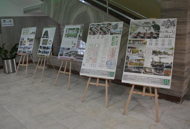 Vizualizácie námestie prezentované vo vestibule mestského úradu. Pripomienkovať návrhy mohli aj samotní občania.